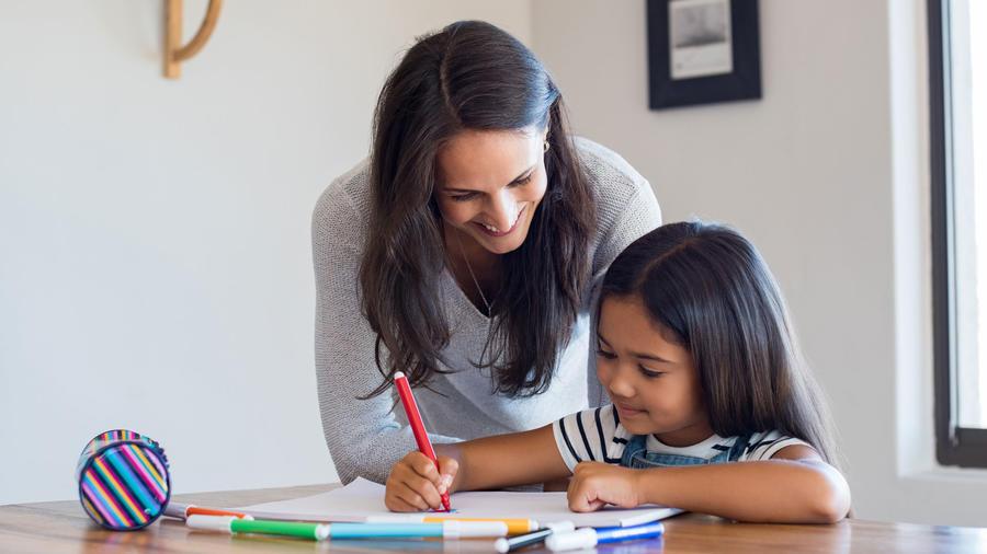 Madre ayudando a su hija a dibujar