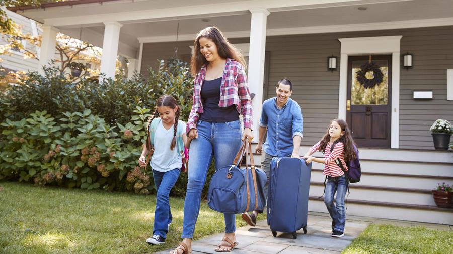 Familia saliendo de vacaciones