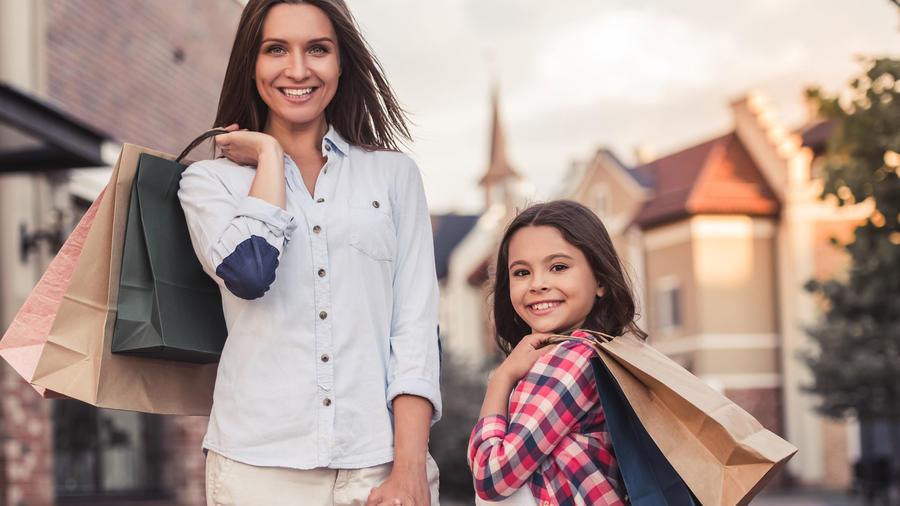 Madre e hija con bolsas