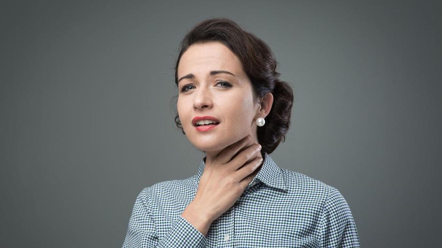 Mujer con dolor de garganta