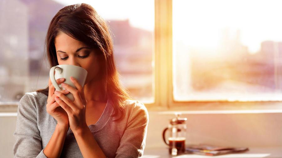 Mujer bebiendo café