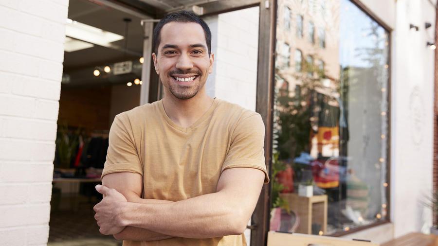Hombre hispano frente a una tienda