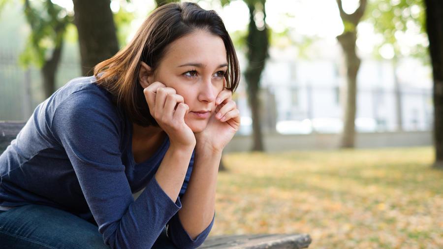 Mujer triste sentada en un banco
