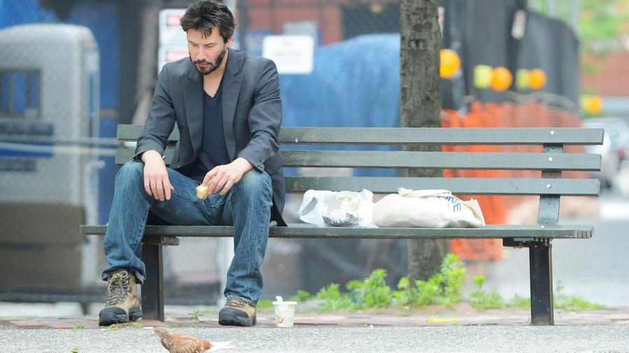 Keanu Reeves meme triste en banca