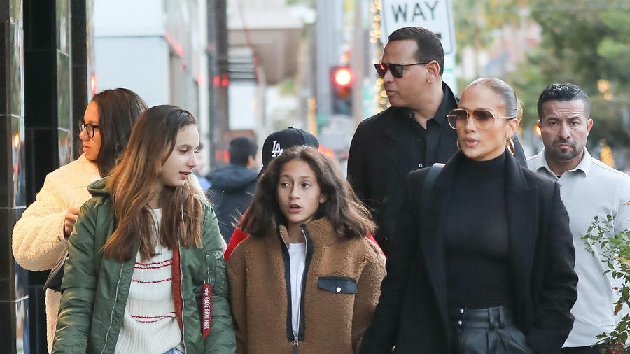 Jennifer Lopez con Alex Rodriguez y sus hijas, de compras en el Black Friday