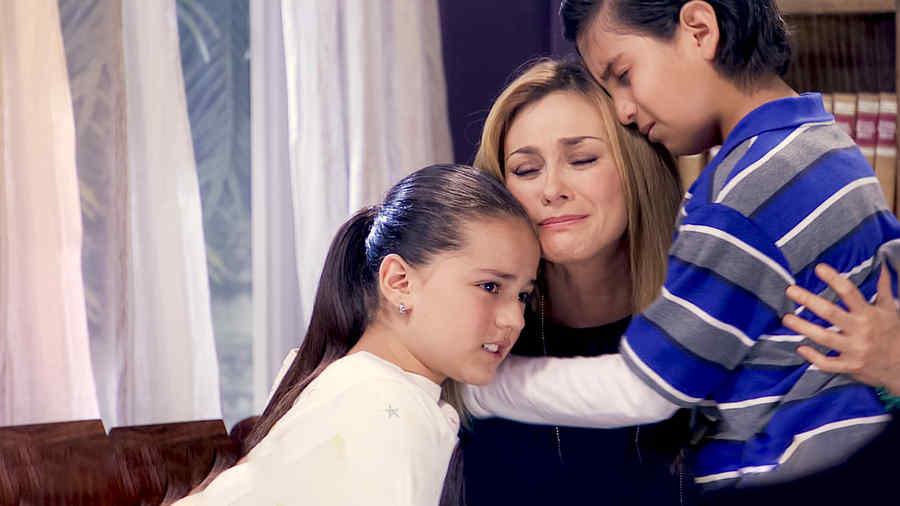 Aracely Arámbula con Macarena de Oz y Memín abrazados en Los Miserables