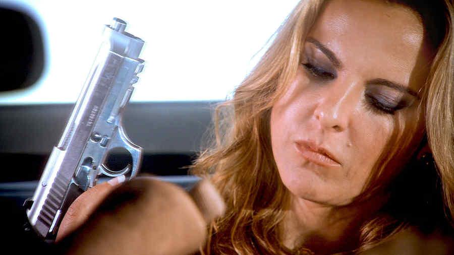 Kate del Castillo, Anastasia Cardona, cargando una pistola, Dueños del Paraíso