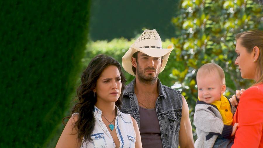 Ana Lorena Sánchez y Aarón Díaz tristes viendo a Sonya Smith y a su bebé en Tierra de Reyes