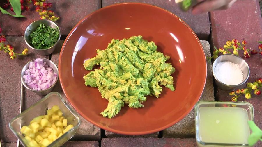Guacamole triturado con ingredientes de preparación