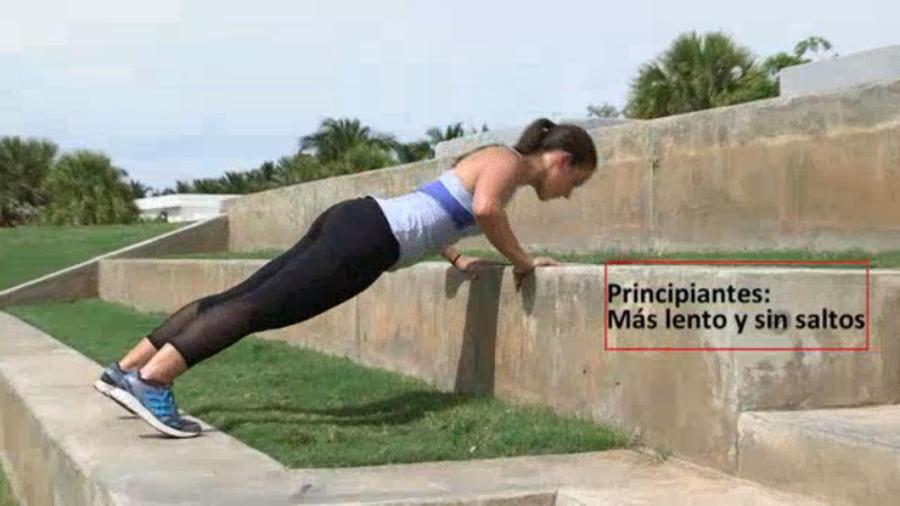 Mujer haciendo ejercicios al aire libre para tonificar músculos