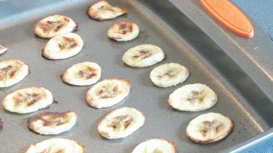 bandeja con bananas al horno crujientes