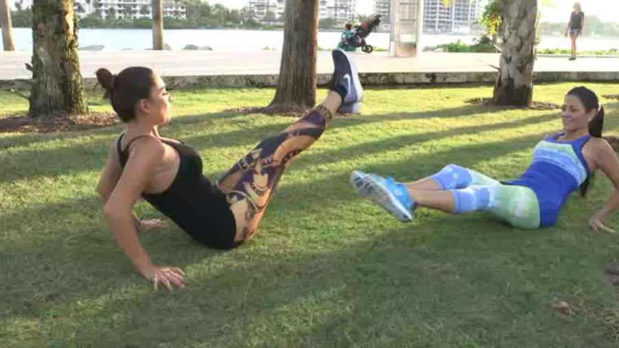 dos amigas haciendo ejercicio en el parque