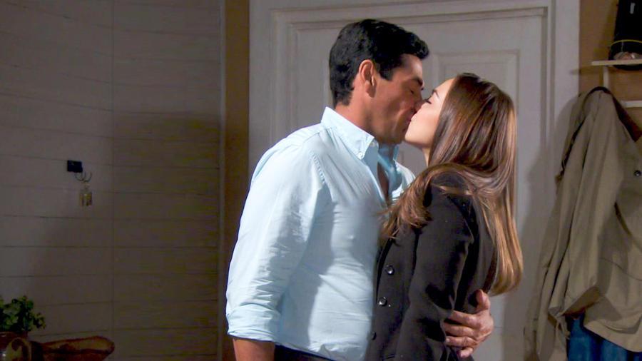 Gabriel Porras y María Elisa Camargo besándose en Bajo El Mismo Cielo