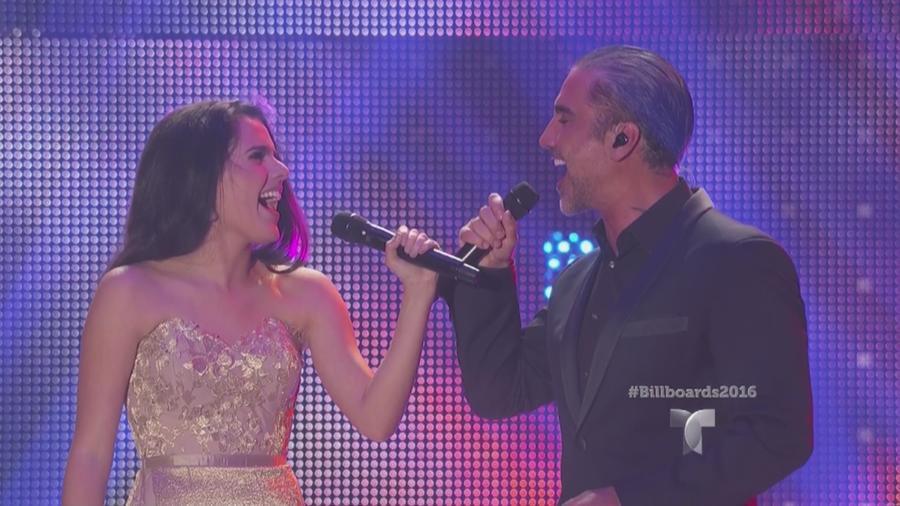 Alejandro Fernández y su hija Camila cantando en Premios Billboard 2016