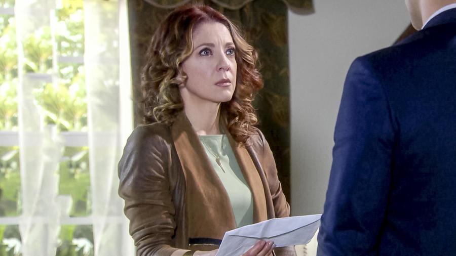 Edith González con la carta de Betty Cárdenas en Eva la Trailera