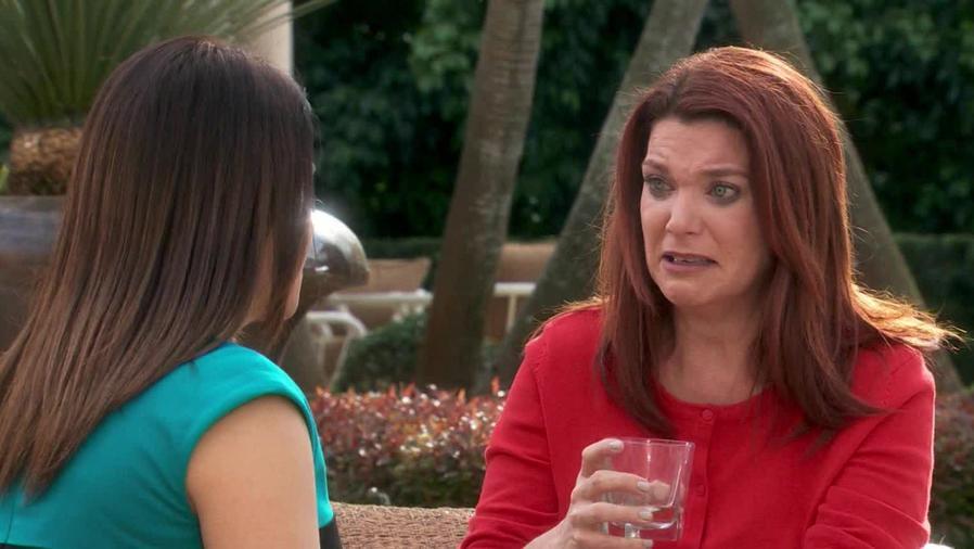 Katie Barbieri le confiesa todo a Vanessa Bauche en Eva La Trailera