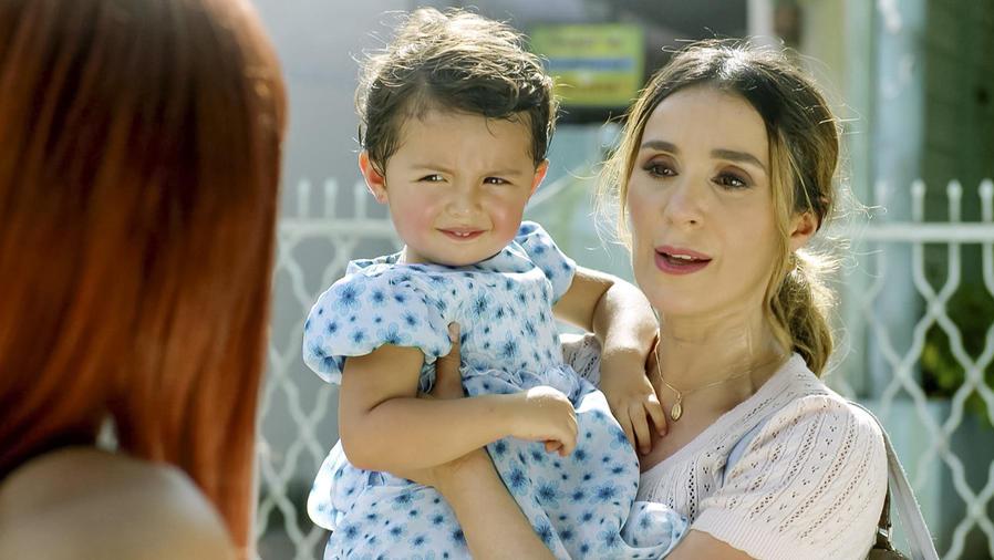 Catherine Siachoque cargando un bebé en Sin Senos Sí Hay Paraíso