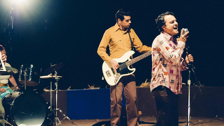 Julián Román cantando en Hasta Que Te Conocí