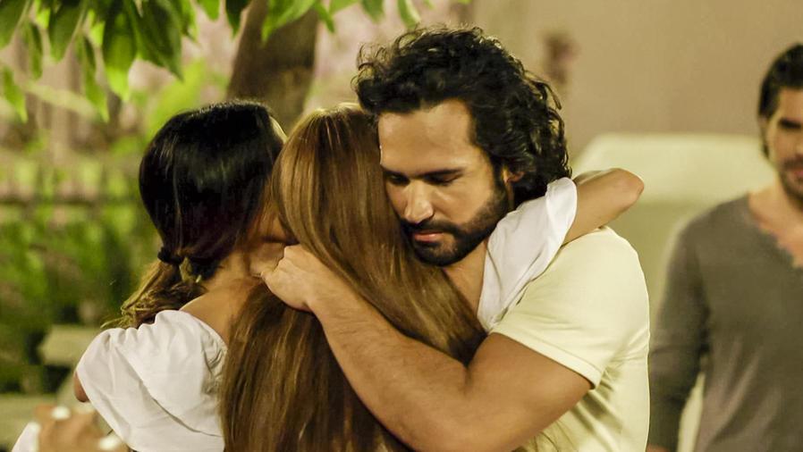 Fabian Rios, Catherine Siachoque y Carolina Gaitán en Sin Senos Sí Hay Paraíso
