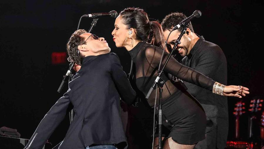 Marc Anthony besa a cantante en concierto en Miami