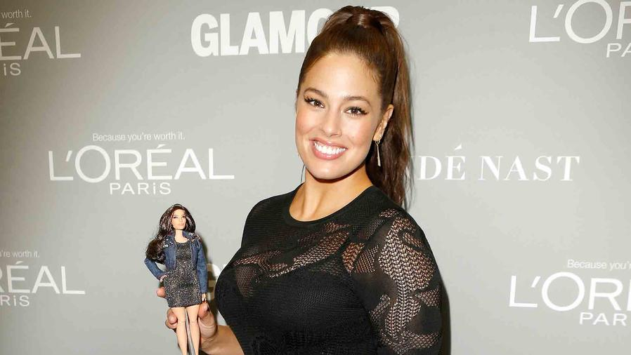 Ashley Graham posa con su Barbie