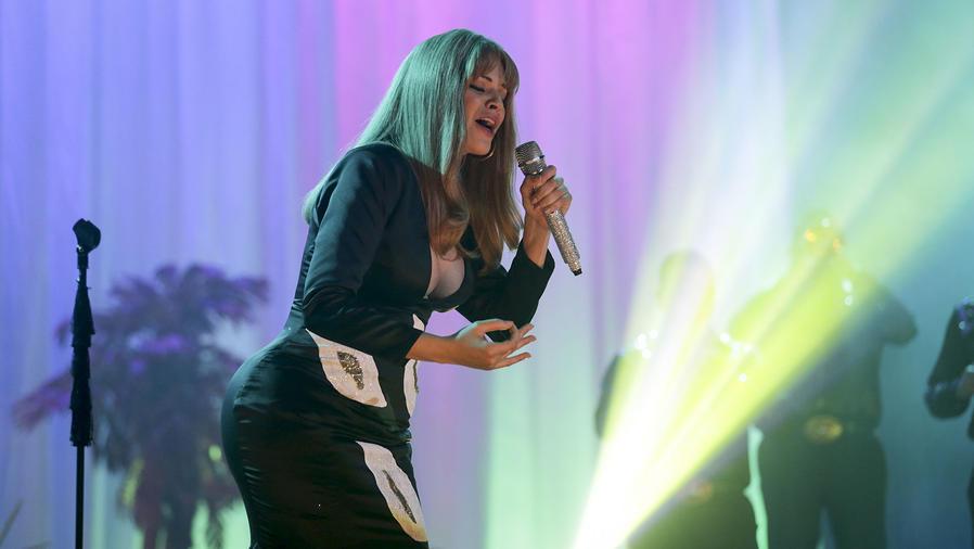 Angélica Celaya cantando en Mariposa de Barrio