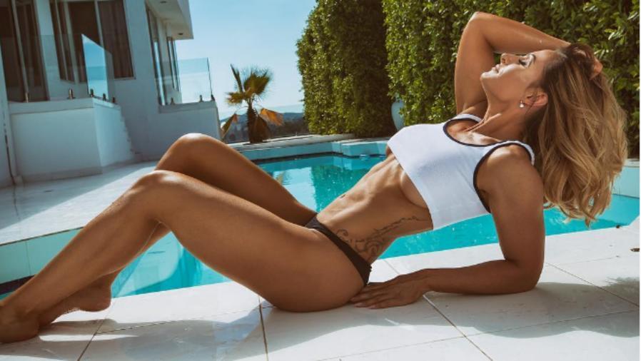 Modelo francesa posando en la piscina