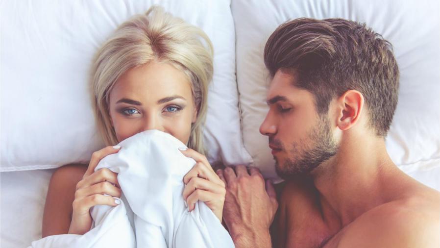 Mujer acostada en la cama con un hombre