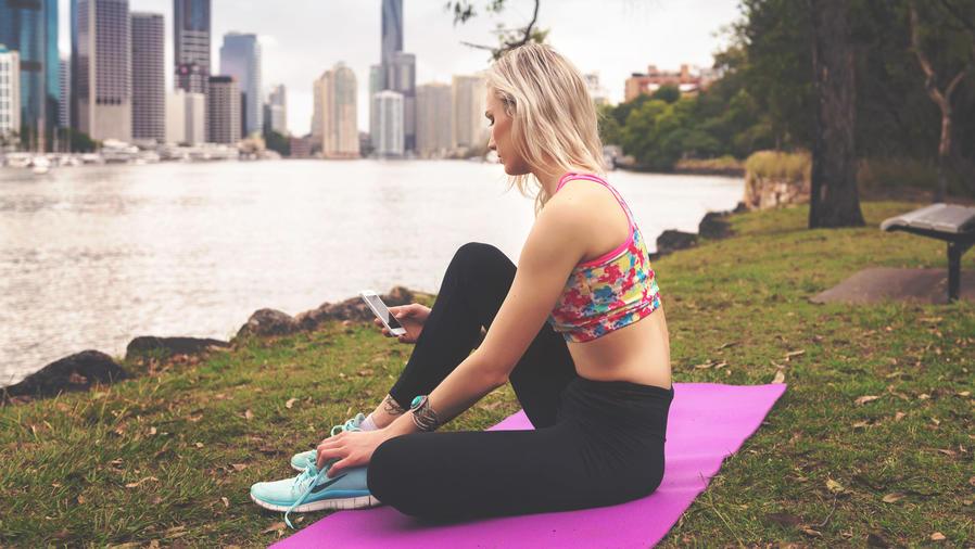 Chica haciendo ejercicio al aire libre