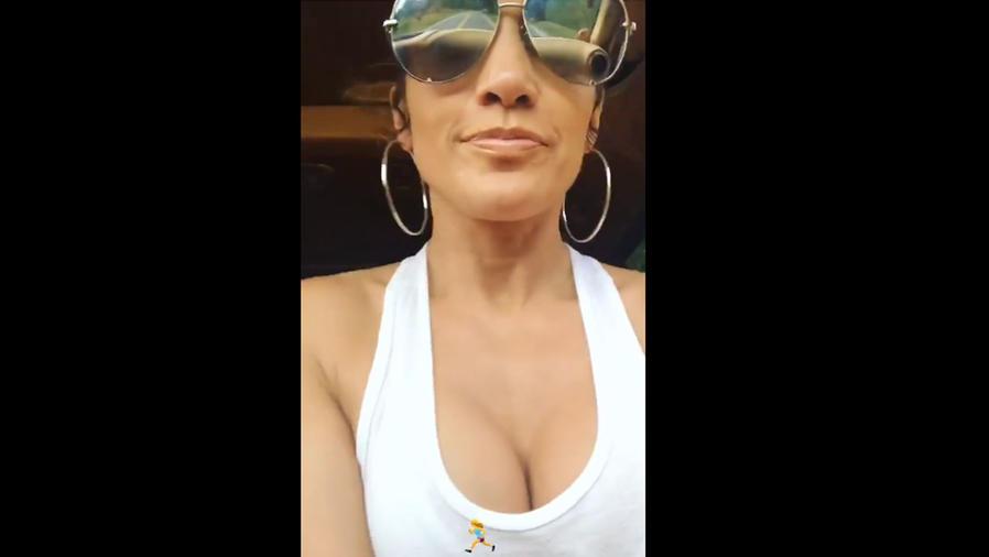 Jennifer Lopez con un tank top escotado