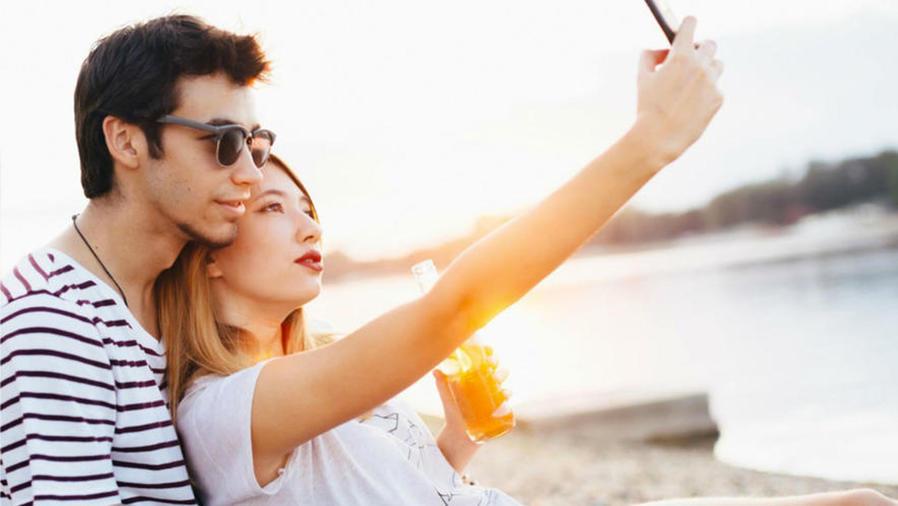 Pareja tomándose una selfie
