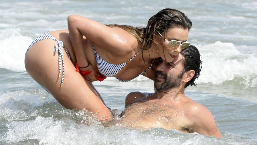 Eva Longoria con Pepe Bastón en el mar