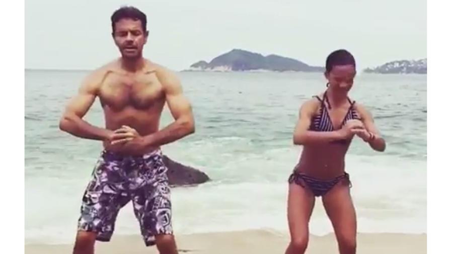 Eugenio Derbez haciendo ejercicio en la playa