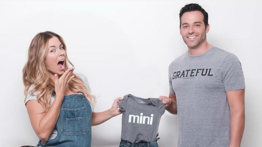 Ximena Duque y Jay Adkins mostrando su embarazo