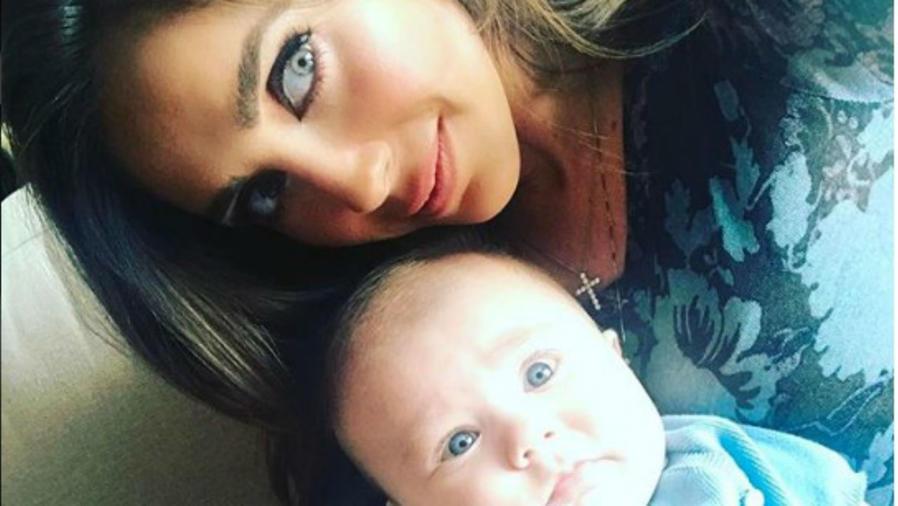 Anahí junto a su bebé