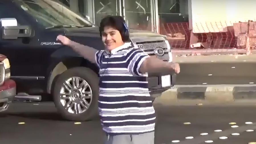 """Lo arrestaron por bailar """"La Macarena"""" en la calle"""