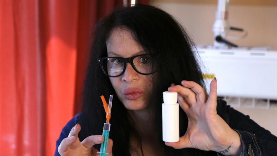 Actriz con frasco de bacterias