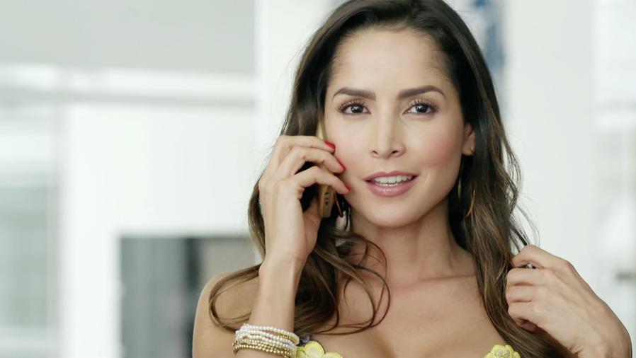 Carmen Villalobos hablando por teléfono en Sin Senos Sí Hay Paraíso 2