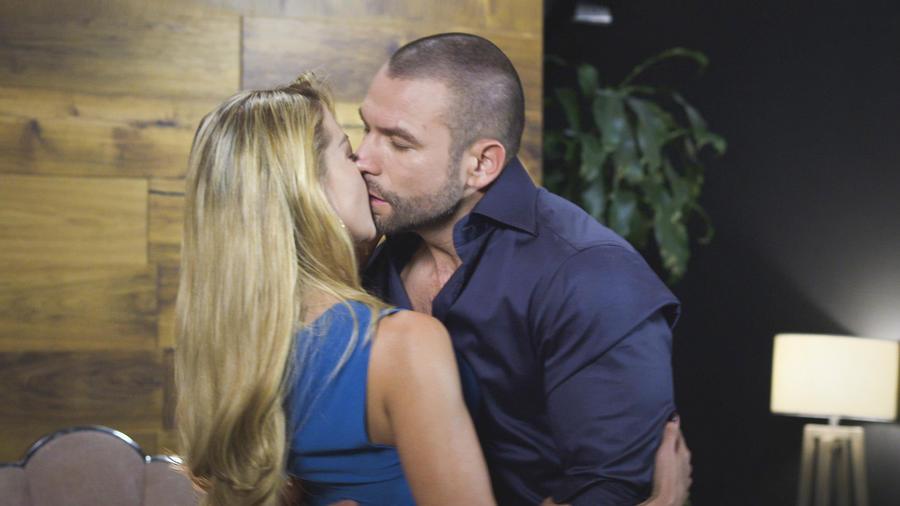 Fernanda Castillo y Rafael Amaya besándose