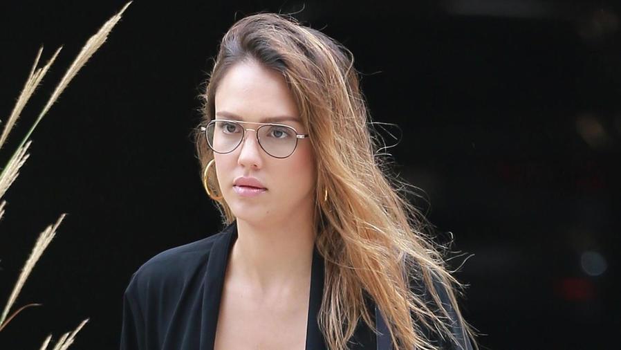 Jessica Alba con anteojos