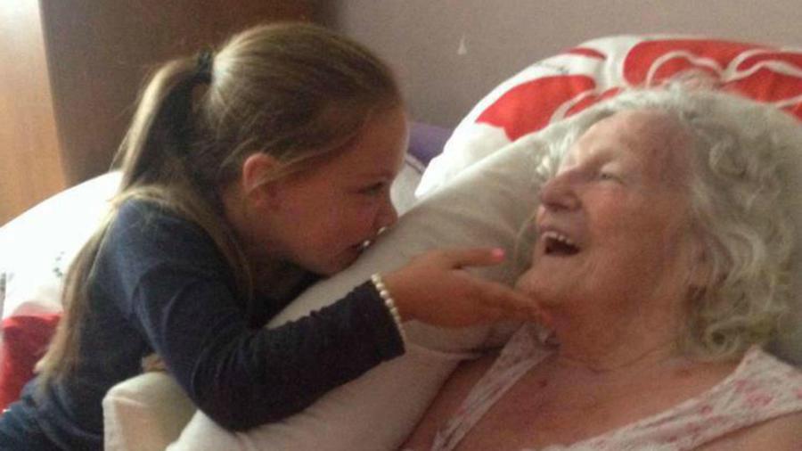 Niña con su bisabuela