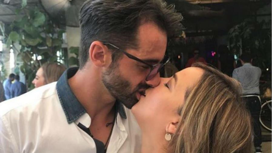 Adamari López y Toni Costa besándose