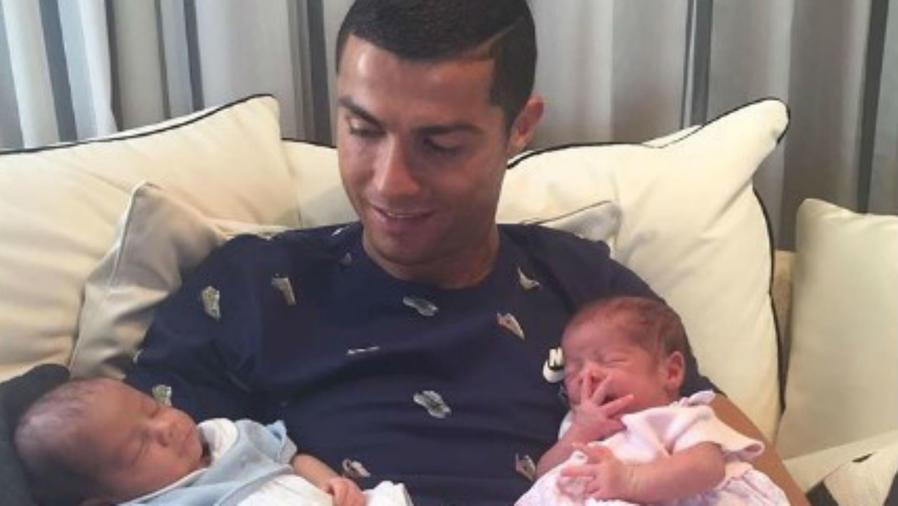 Cristiano Ronaldo con sus mellizos