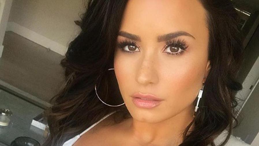 Mira a Demi Lovato convivir con un montón de animales salvajes
