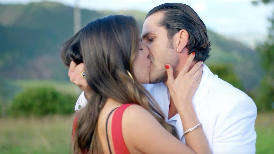 Carmen Villalobos y Gregorio Pernía En Sin Senos Sí Hay Paraíso