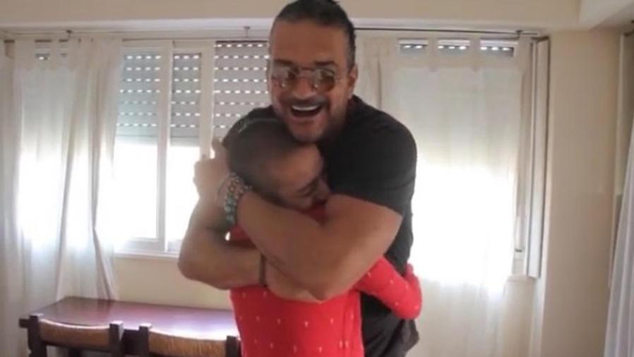 Ricardo Arjona abrazando a una fan