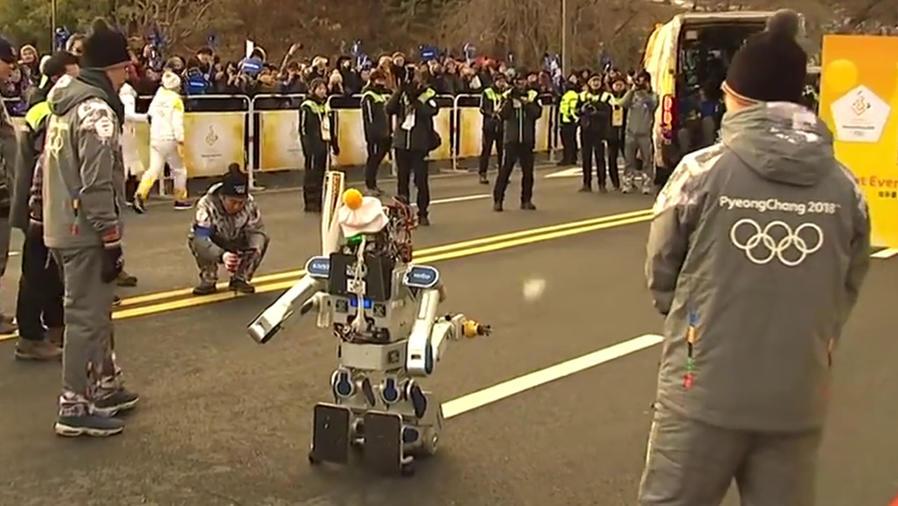 El robot Hubo portó la antorcha olímpica