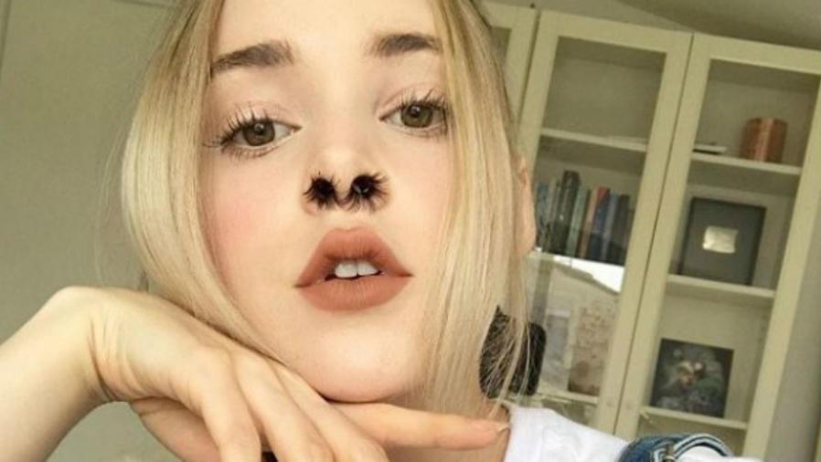 Chica con pelos en la nariz