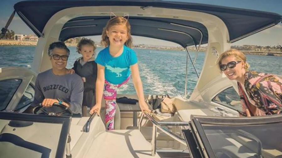 Jaime Camil y su familia en un bote