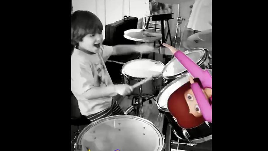 Mira a Matthew, el hijo de Thalía, tocando la batería